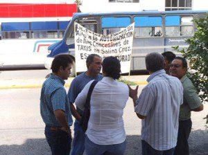 Urbaneros se manifiestan en Sevitra ante rumor de entrega de concesiones para taxis (1)