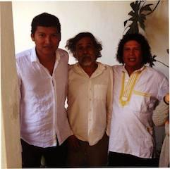 A la derecha, el pintor juchiteco Sabino que irá a Francia, aquí junto al también pintor juchiteco, Francisco Toledo