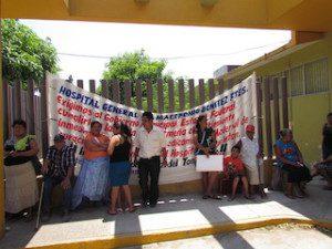 Coceistas se manifiestan en el Hospital de Juchitán.