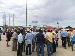 Se manifiestan integrantes de la UCIZONI en la Refinería de Salina Cruz. (2)