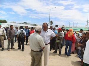 Se manifiestan integrantes de la UCIZONI en la Refinería de Salina Cruz.