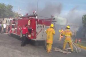 Se incendian contenedores de Bodega Aurerra en Juchitán.2