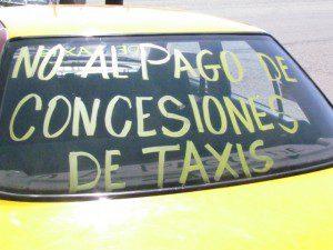 Taxistas bloquean carretera para exigir condonación en pagos de concesiones.3