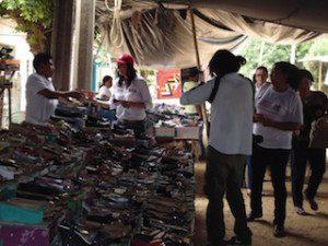 Durante su recorrido con los comerciantes y locatarios del tianguis en MarÃ-a Lombardo Yarith Tannos se comprometió a gestionar recursos para construir un mercado