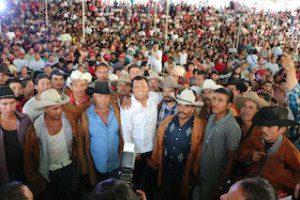 Samuel Gurrión con los cuerudos de Miahuatlán de Porfirio Díaz